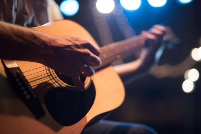 ギターを弾く男性の画像