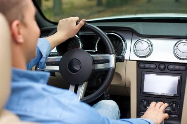 左ハンドルの車の画像