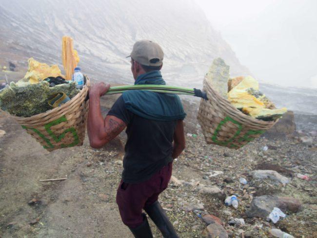 硫黄を運ぶ男
